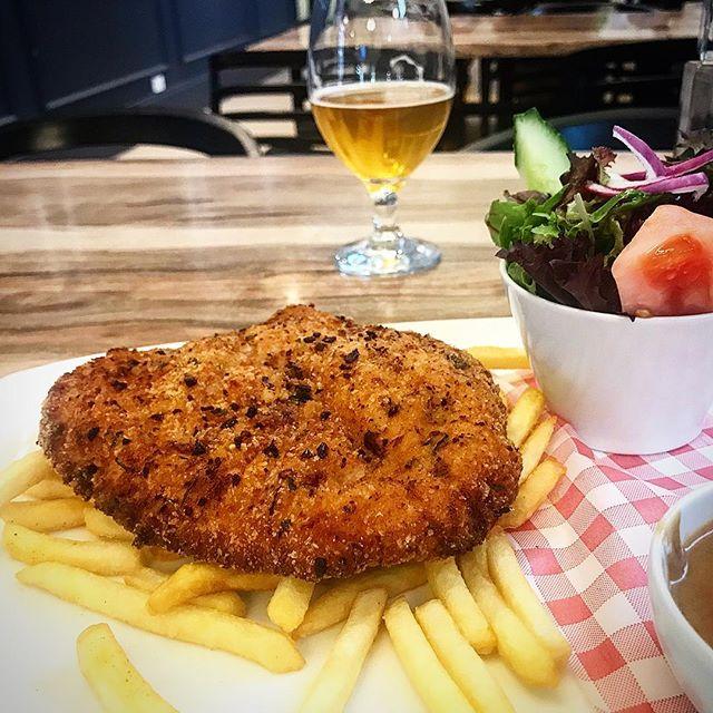 A beer and a chicken schnitzel @lostbarrelbarandgrill . . . . #lunch #delicious #food #foodpics #yummy #foodgasm #foodphotography #foodporn #adelaide #adelaideeats #adelaidefood #foodie #foodblogger #daisyumblog #yum #chicken #schnitzel #pub @paradenorwood #pubfood