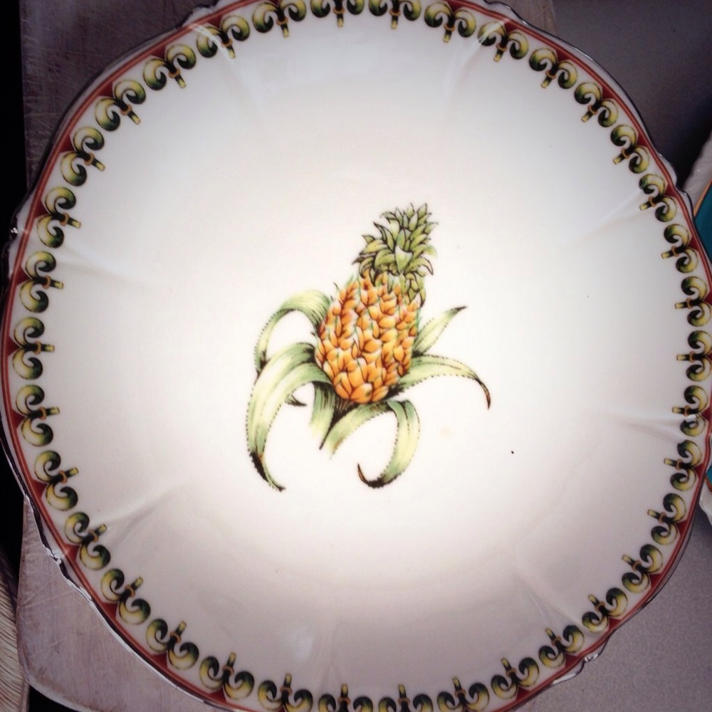 My obsession with pineapple plates continue ... determined that this gem features somewhere...
