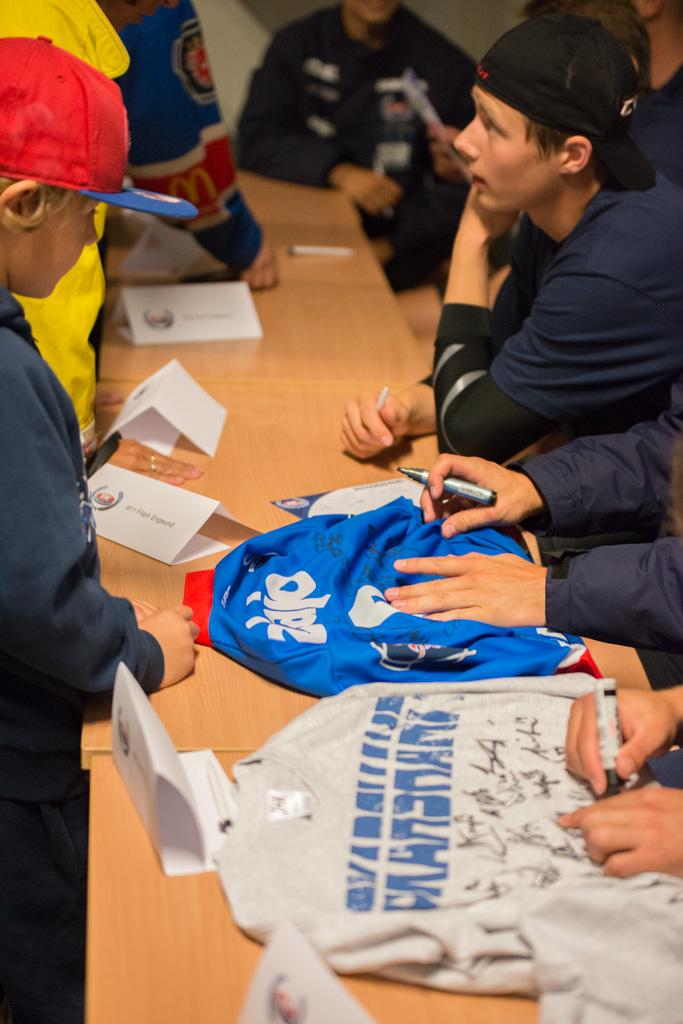 Spelarna radade upp sig för låta fans få autografer