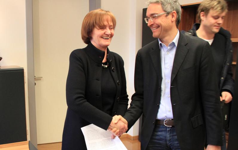 SVP Fraktionsvorsitzender Dieter Steger übergibt die Regierungserklärung an die Präsidentin des Südtiroler Landtags Martha Stocker.