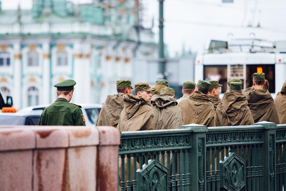 Soldiers walking over Dvortsovyy Bridge
