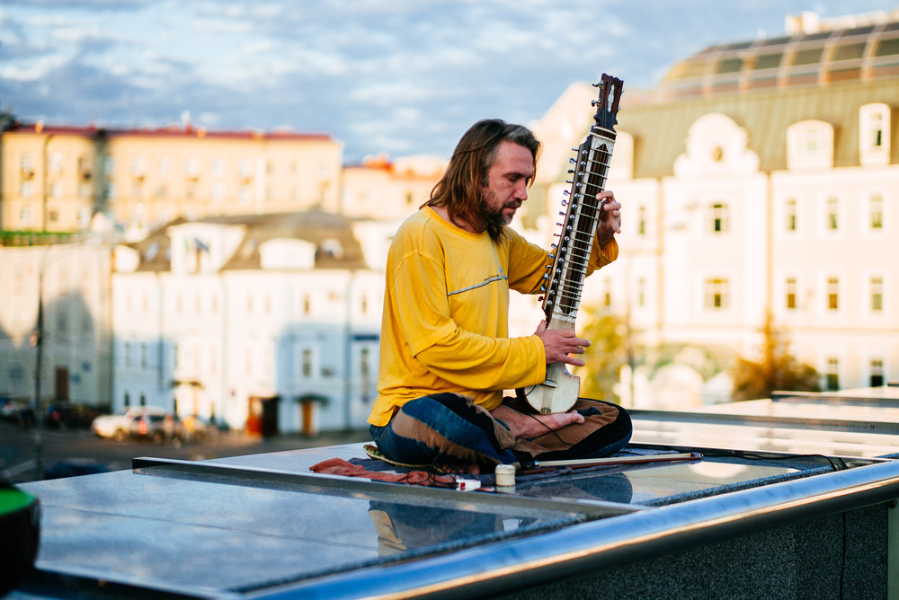 Some guy playing sitar on Patriarshiy Bridge