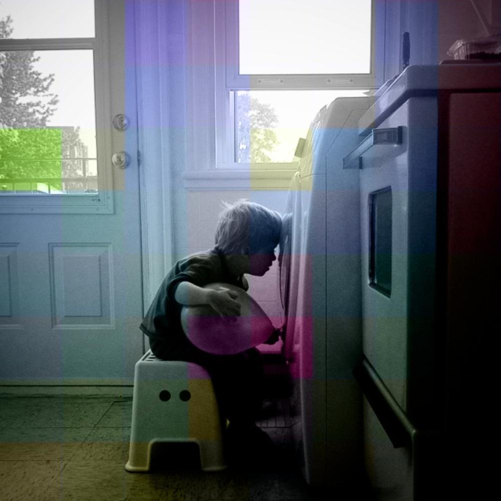 L'enfant au ballon, le nez collé au hublot de la laveuse