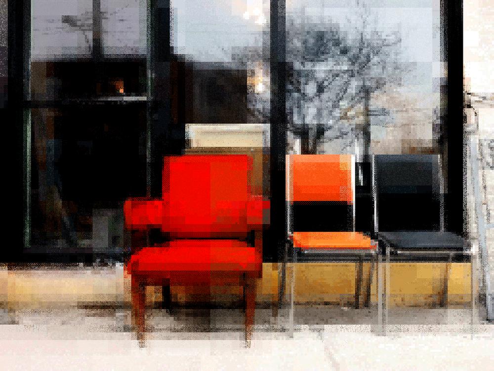 Fauteuil rouge, chaise orange, chaise noire