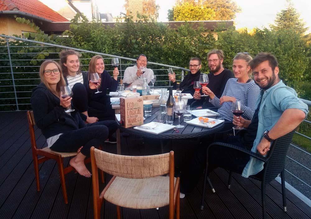 Graduates fra årg. 2017/19 nyder en sensommeraften i deres bofællesskab i Kalundborg