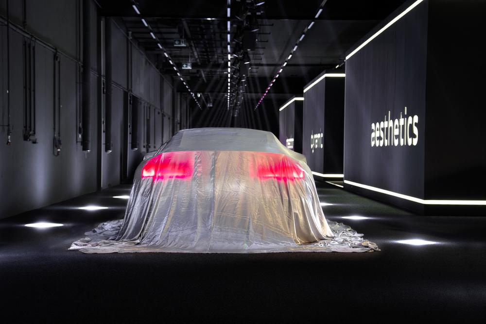 Audi Lichttunnel mit dem neuen R8, noch verhüllt (©Audi)