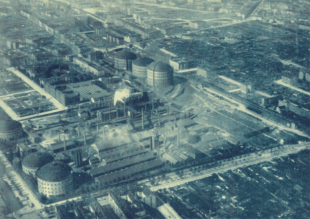The Berlin City Gas Facility in 1926. Danziger Straße runs bottom-to-top at the bottom left of the photo. Greifswalder Straße runs left-to-right at the bottom of the photo. Photo from:  https://thaelmannpark.wordpress.com/geschichte/