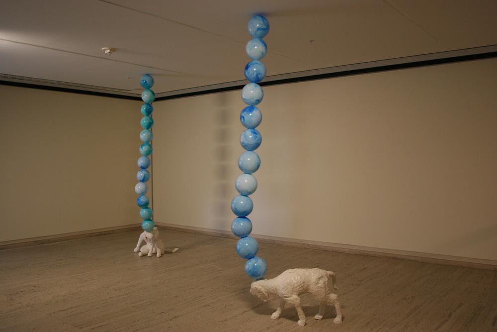 tierra tierra. Wood, latex and balls. 2005.