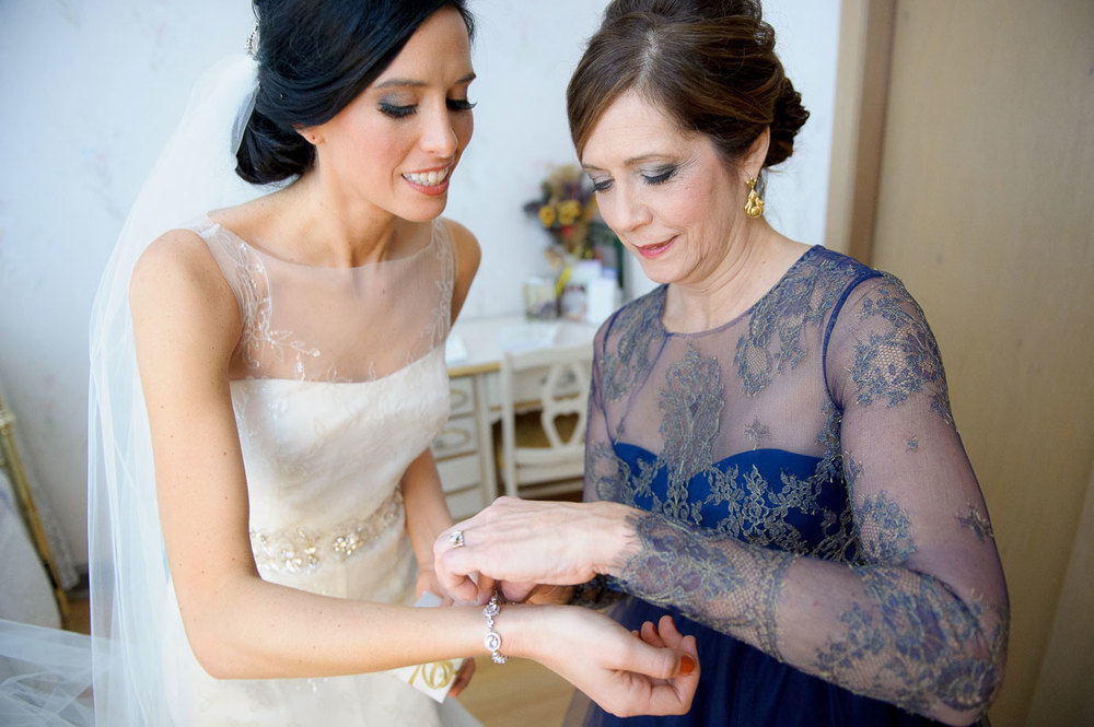 Bride gets ready with her mom during her Chicago wedding.