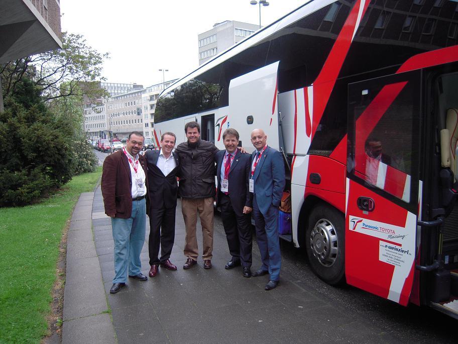 4 El equipo español con Volker en el autobus de Toyota.JPG