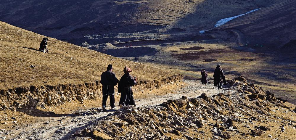 Pèlerins tibétains réalisant une  Kora ©  Francois de Halleux