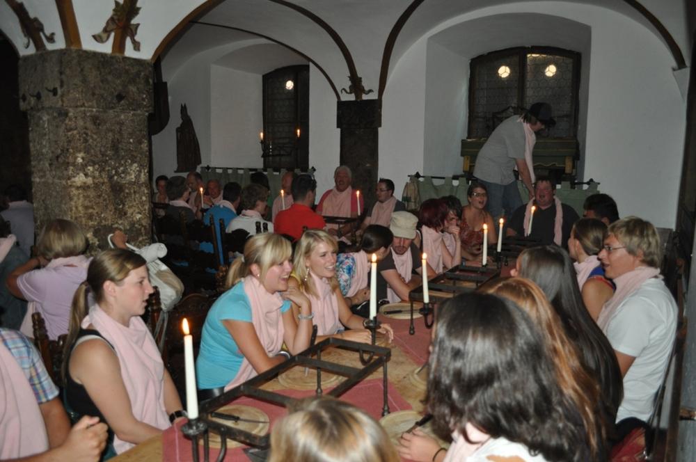In der Ritterkuchl Hall wartet alles auf das Fest__essen