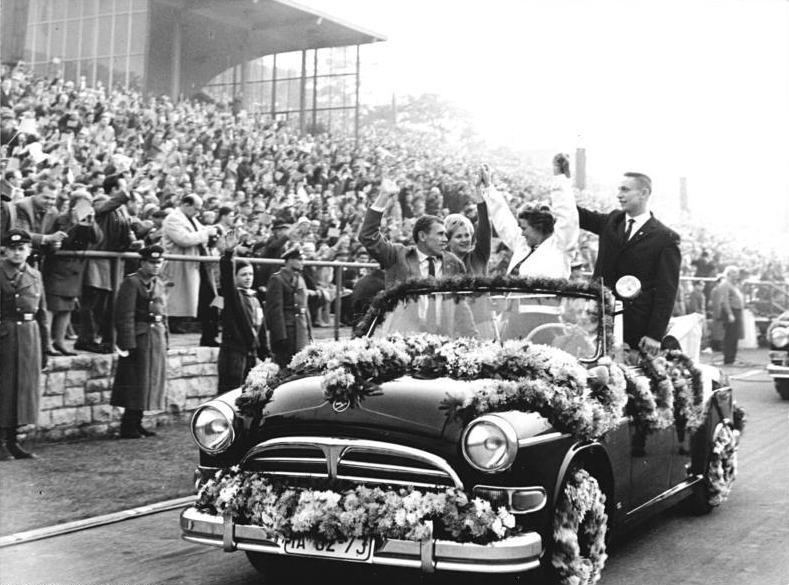 Bundesarchiv_Bild_183-B1019-0001-051,_Fußballspiel_DDR-Ungarn,_Ehrengäste_Tereschkowa,_Gagarin.jpg