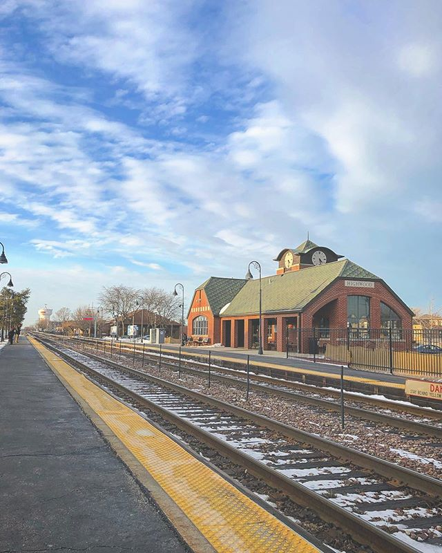 Blue skies ☀️ Smiling at me Nothing but blue skies Do I see 🤸🏻♀️ #highwood #northshore #americana #illinoisbeauty #skyporn #cloudporn #metra