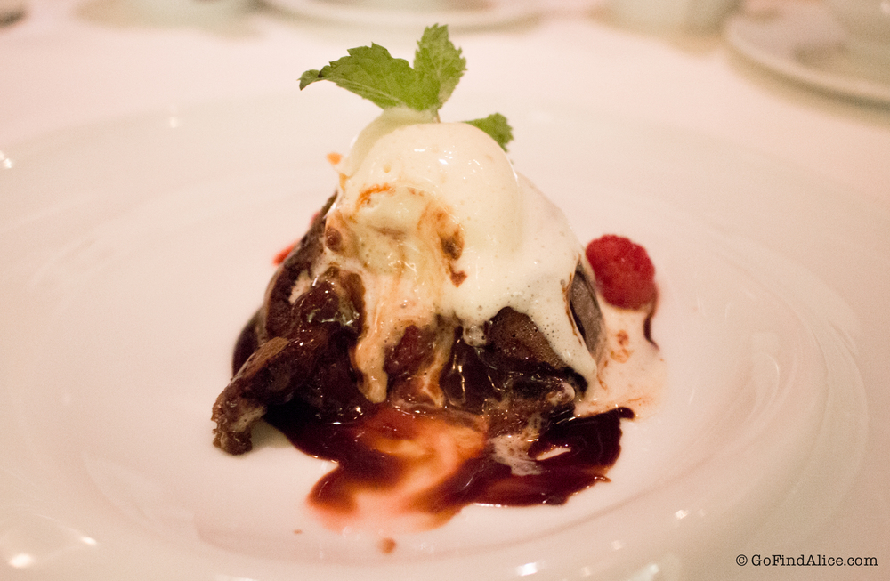 Baked chocolate fondue lava cake with raspberry vanilla ice cream  [岩溶巧克力蛋糕配覆盆子香草冰淇淋]