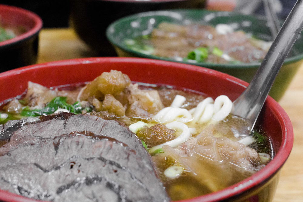 Lin Dong Fang's large half tendon/half shank beef noodle soup 红烧半筋半肉牛肉面 (NT$220).