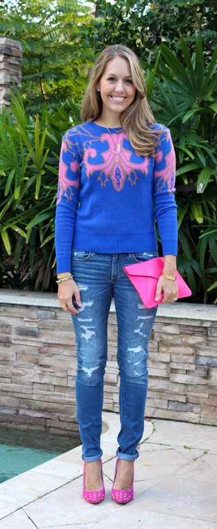 Graphic sweater, jeans and pink pumps