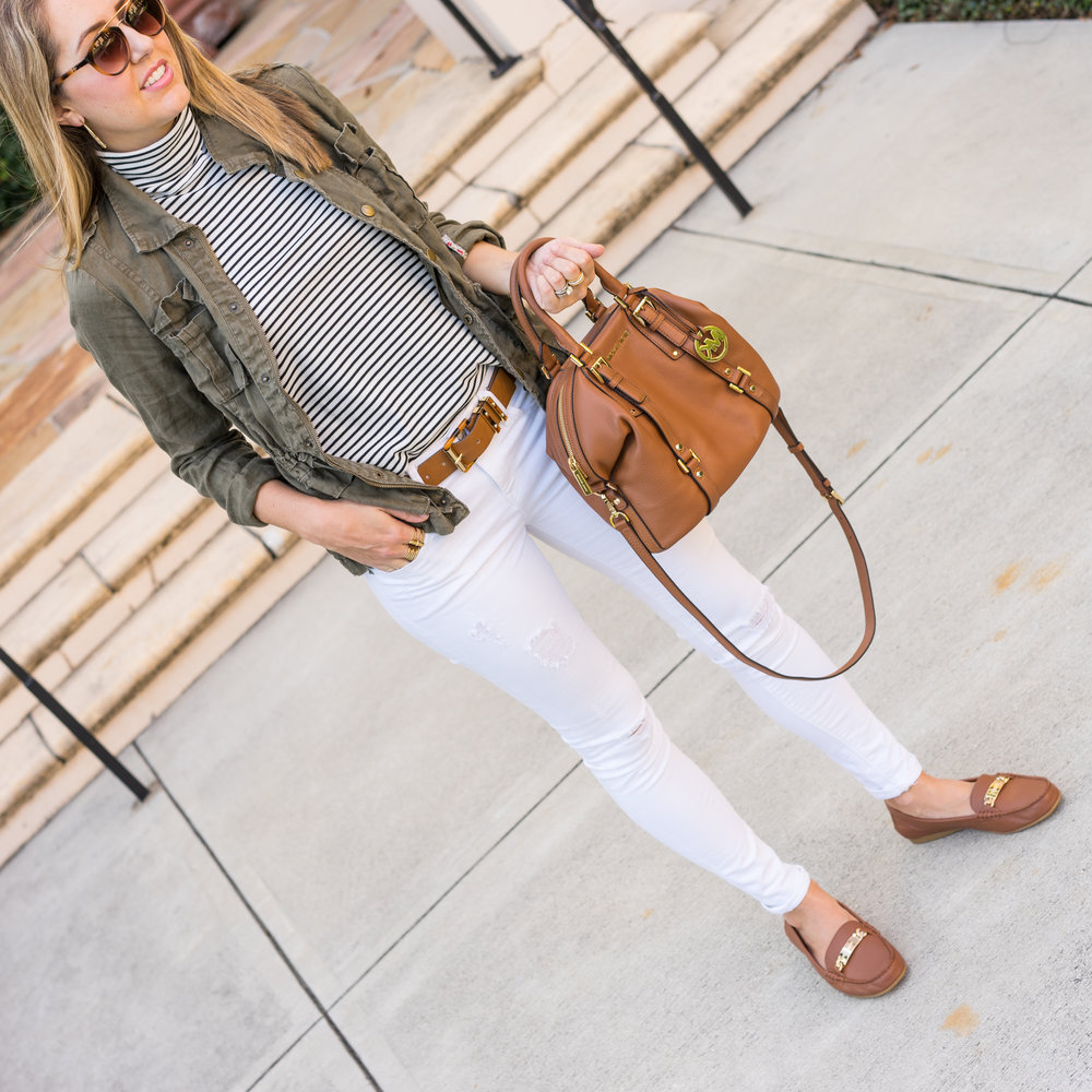Utility jacket, white jeans, cognac shoes