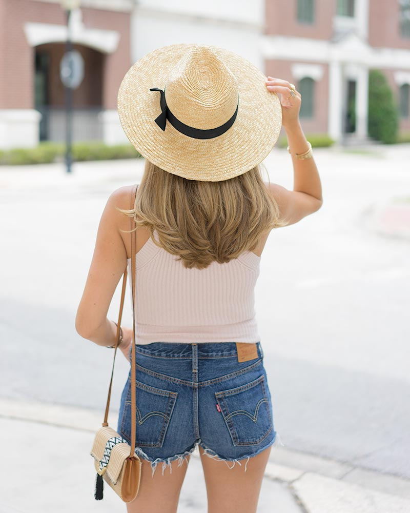 Summer outfits: halter sweater, Levi's shorts