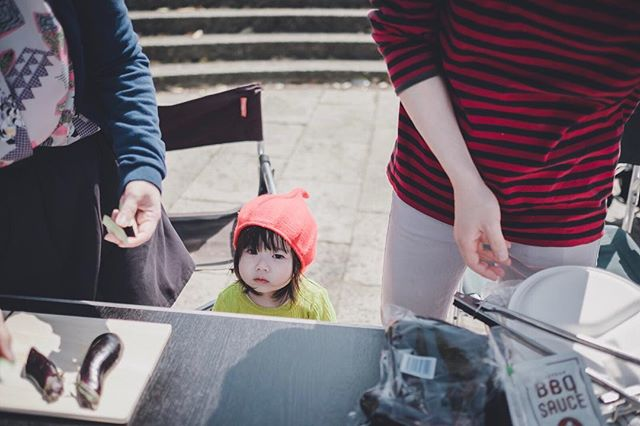 A cute Japanese toddler staring at the strange man with a camera ☺️ @ a BBQ party in Chiba with secondary school mates and @azusaclooni's super cute daughter. So psyched for spring / summer ahead ☀️🌊✨ #shesocute #かわゆい #fujifilm #海浜幕張 #xpro2 #23mmf14 #japanesephotography #japan #candidshot #スナップ #summerfeels