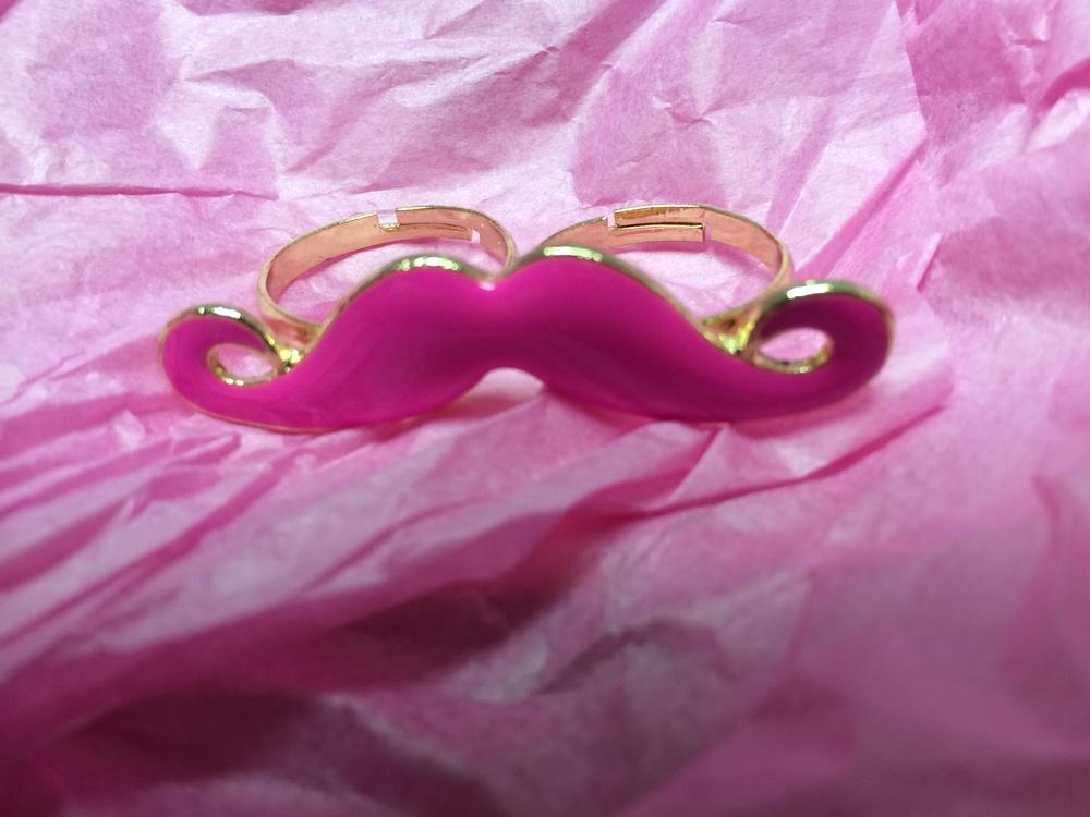 A moustache 2-finger ring!