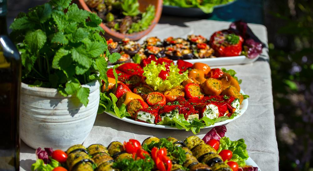 gegrillte Paprika gefüllt mit Kürbis Couscous und Schafskäse, gegrillte Melanzani mit Tomaten und Pecorino überbacken, Röllchen
