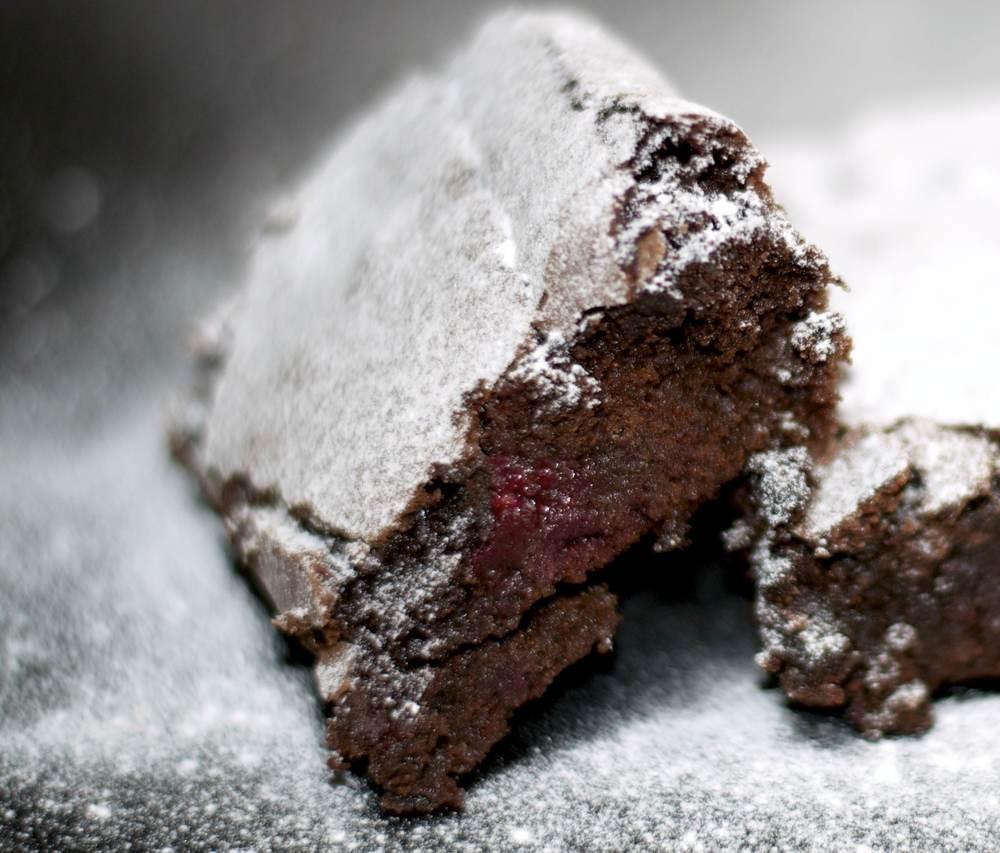 Brownies met frambozen. Voor mij zijn dit echt de perfecte brownies. In elk geval de lekkerste brownies die ik ooit heb gegeten! De intense pure chocoladesmaak afgewisseld met frisse zoetzure frambozen, het krokante laagje, de zachte smeuïge binnenkant.... I'm in love♥