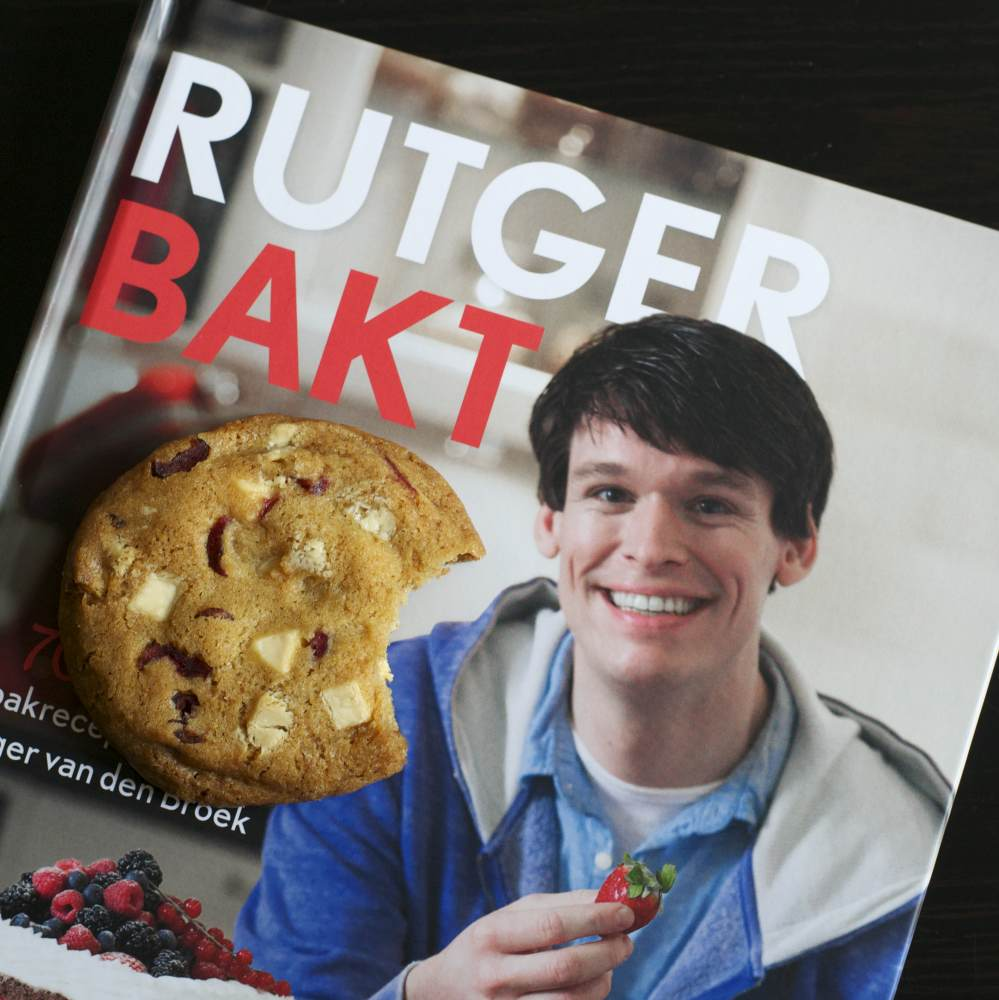 Het boek Rutger bakt en een chocolate chip cookie met witte chocolade en cranberries (recept hieronder)