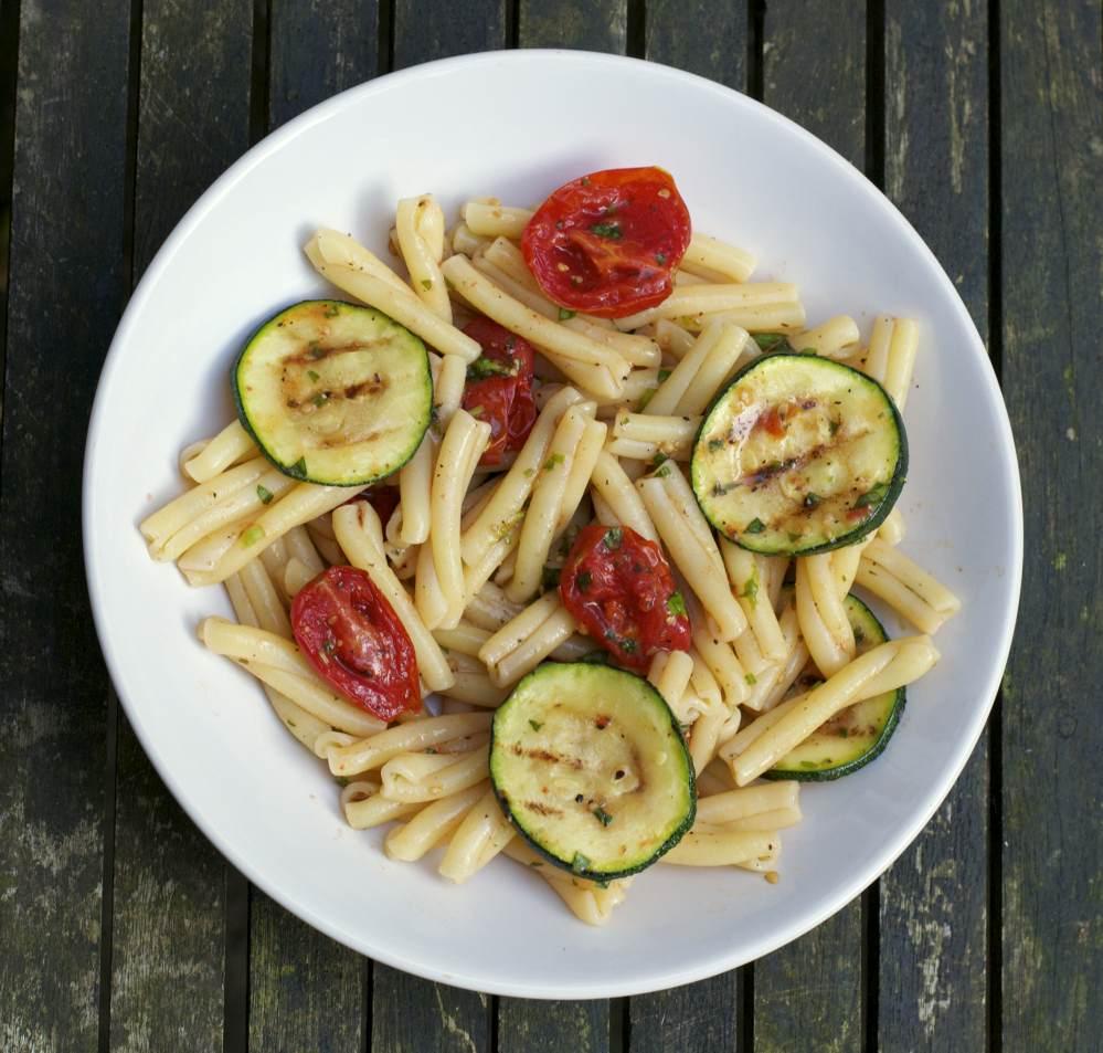 Pastasalade met oventomaatjes en gegrilde courgette