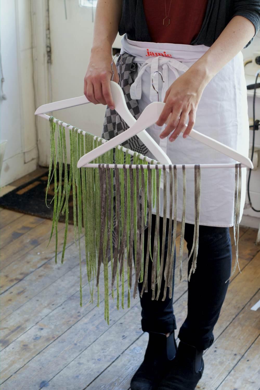 Een kledinghanger is het perfecte 'droogrekje' voor verse tagliatelle.