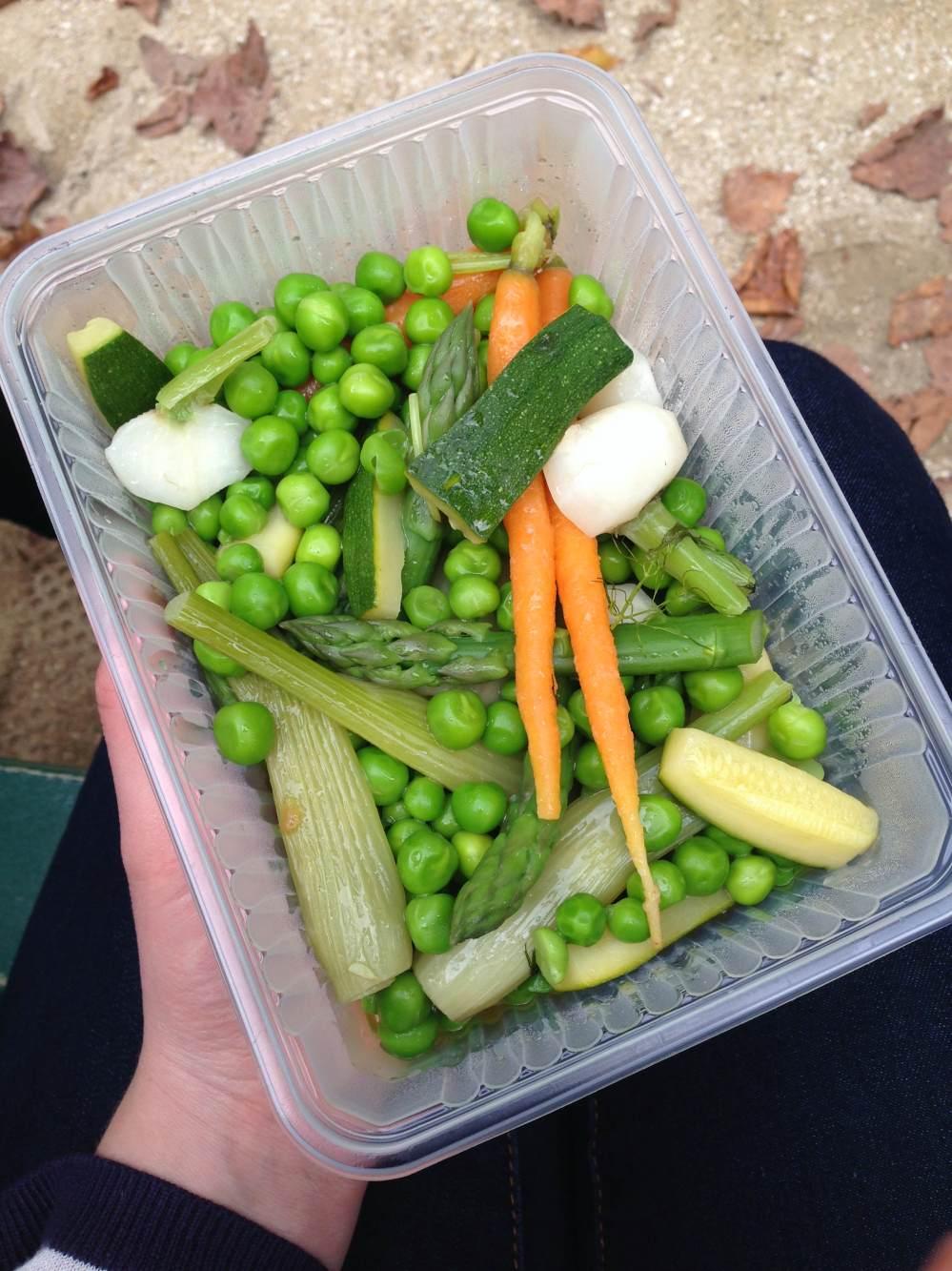 Geglaceerde groenten bij de picknick in het park.