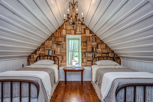 Book Wall : Cabin in Leiper's Fork, a community in Franklin, Tennessee.