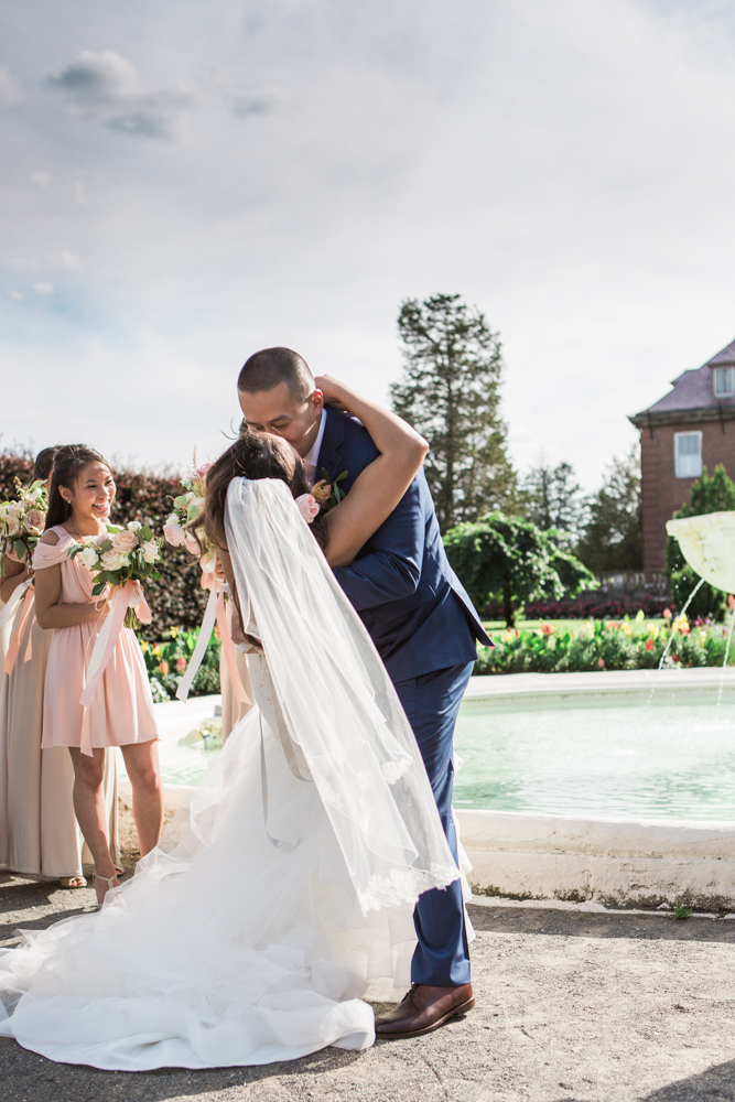 elm-bank-garden-wedding-first-kiss-2