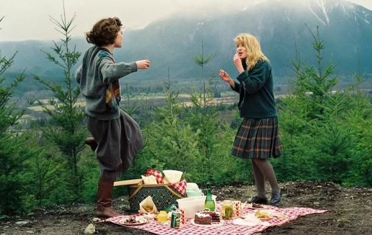 Lara Flynn Boyle and Sheryl Lee on the set of Twin Peaks.