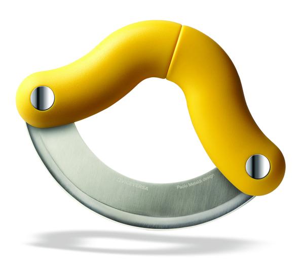 Shy , la mezzaluna disegnata da Paolo Metaldi, ergonomica, salvaspazio, richiudibile