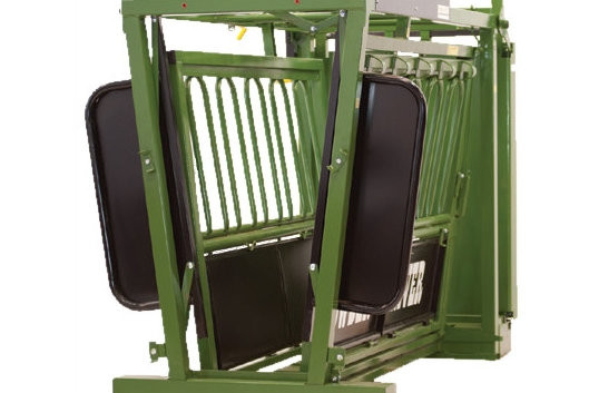Double Sided Squeeze - Powder River's Squeeze is superior in the market. Not only does it provide superior leverage for the operator, utilizing a double sided V-Squeeze centers and supports the animal, keeping it calm and reducing stress. The V-Squeeze on Powder River chutes is adjustable for floor width depending on the size of animals your running through the chute.