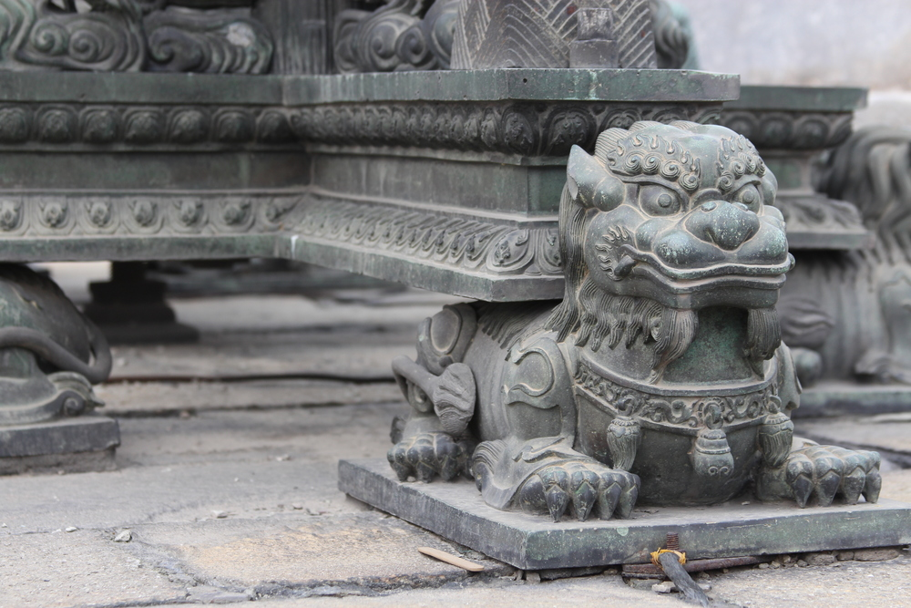 detail from the base....oh, these pieces date from the 1600's...perhaps not that old as chinese history goes...
