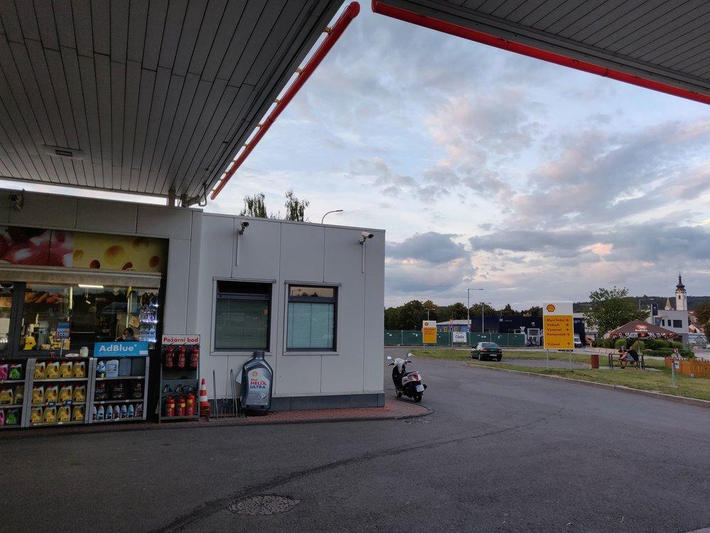 Písecká benzínka při odjezdu - pod střechou (pohled ven)