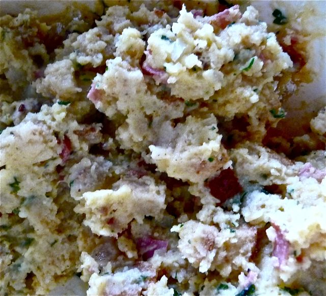 Semmel-Kartoffelknödel mit Speck und Salami