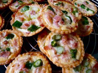 Mini Tartelettes mit grünem Spargel und Schinken