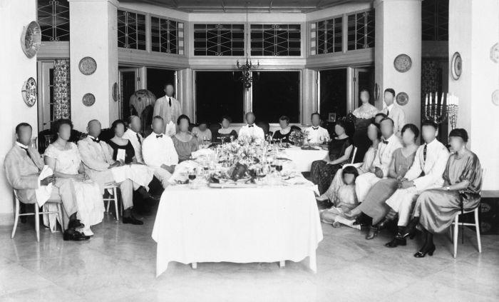 COLLECTIE_TROPENMUSEUM_Europeanen_bijeen_rond_een_gedekte_tafel_tijdens_een_feestelijke_gebeurtenis_zonder gezicht.jpg