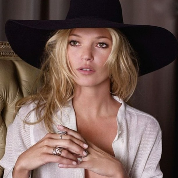 Mad Hatter! 👏👏 #katemoss #hats #fashion