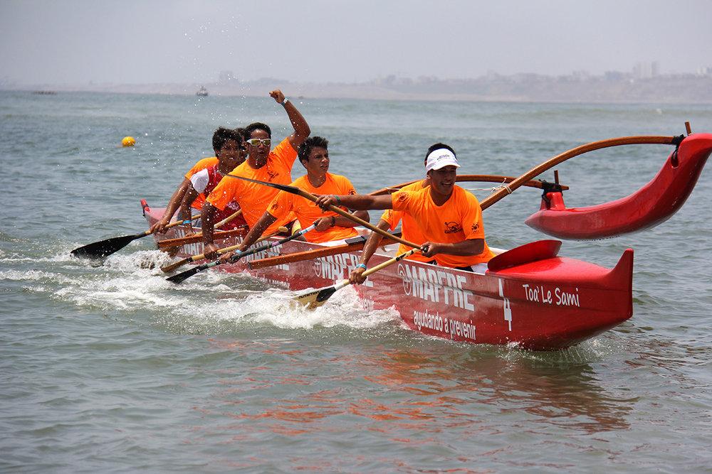 Los juniors de Rapa Nui haciendo flying ama en la llegada de su categoria en el Lima 2013