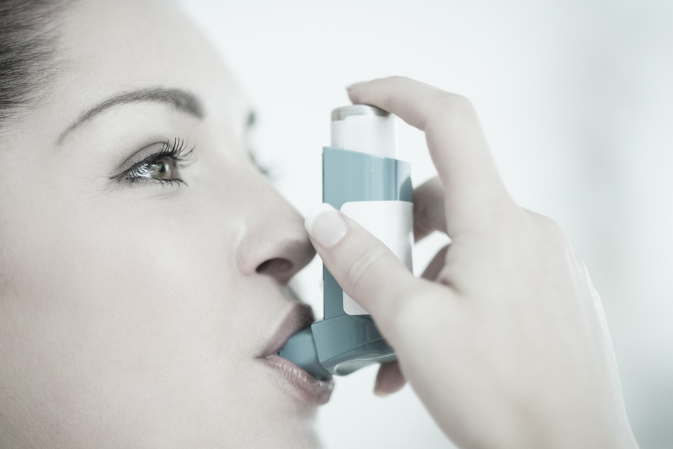 012273070-woman-with-asthma-using-the-in.jpeg