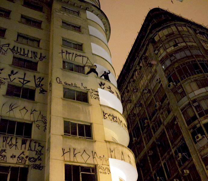 Cripta Djan free climbing buildings in Sao Paulo