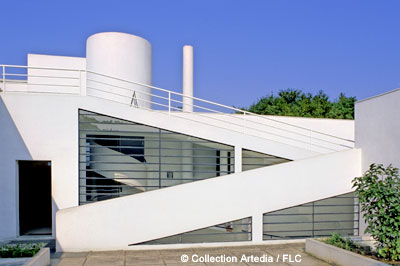 Villa Savoye, elegant ramps ascend up to the roof top.