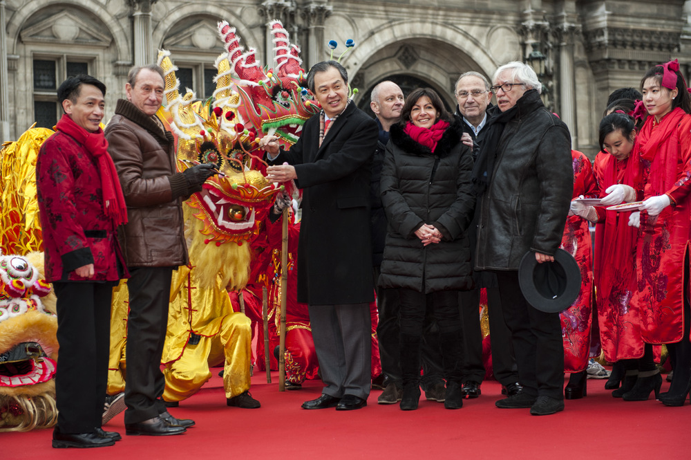 M.Bertrand Delanoe, mayor of Paris (brown coat), and M.Kong Quan, the Chinese Ambassador in France (center), celebrate the Year of Snake in Paris. © Thierry TELAMON