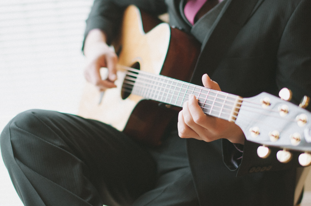 Leach-botanical-gardens-wedding-guitar-groom