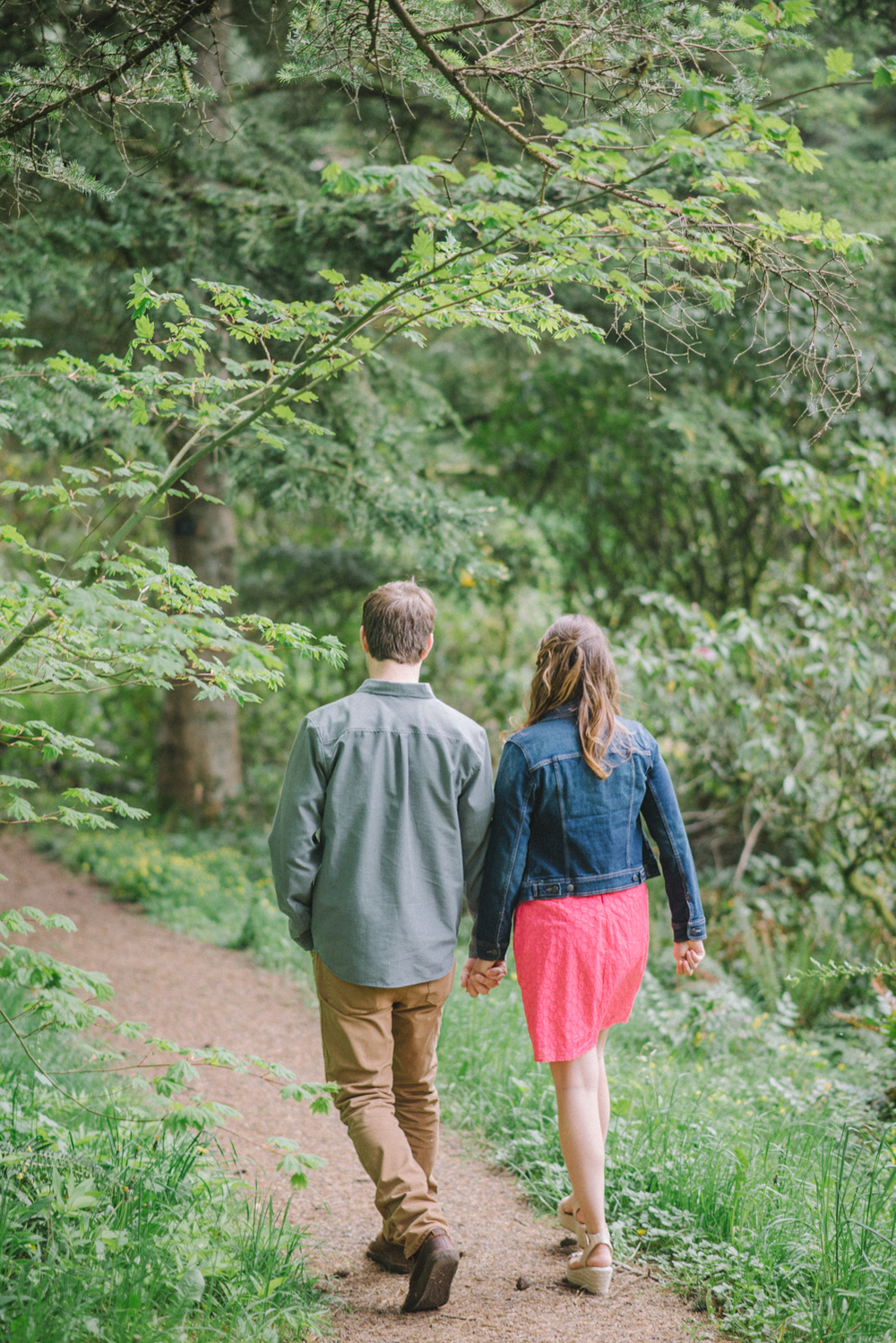Portland-oregon-engagement-session-photographer-hoyt-arboretum-washington-park-shelley-marie-photography-forest-natural-woodland-walking-holding-hands-15
