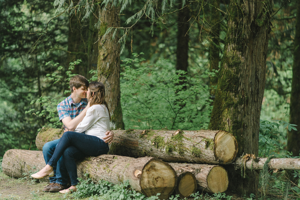 Portland-oregon-romantic-engagement-session-photographer-hoyt-arboretum-washington-park-shelley-marie-photography-forest-natural-woodland-wooden-log-kiss-moss-11